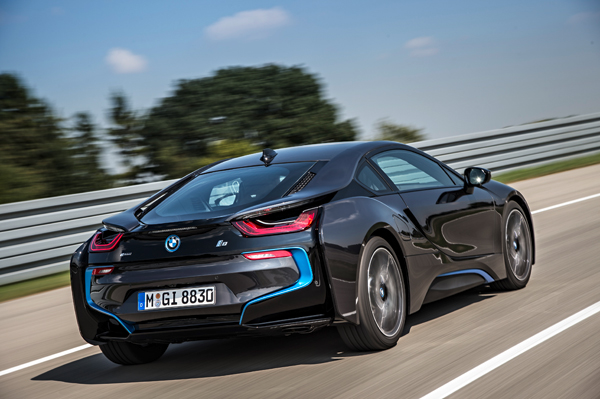 BMW i8 plug-in hybride sportcoupe back dynamic