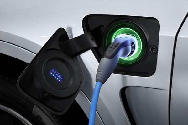 BMW X5 xDrive40e charging green