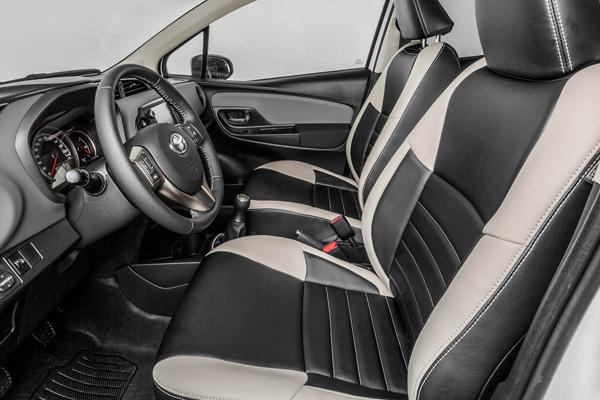 Toyota yaris bi tone onderscheidend en exclusief autoplus for Interieur yaris 2015