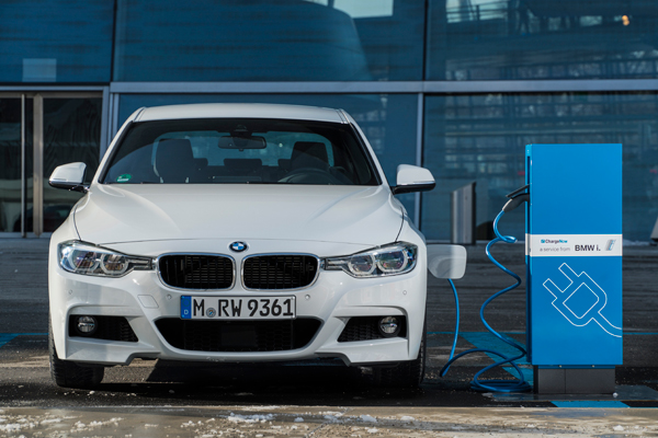Nieuwe BMW 330e front charging