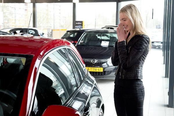 Opel Overhandigt Adam Aan Winnares Hollands Next Top Model 2016