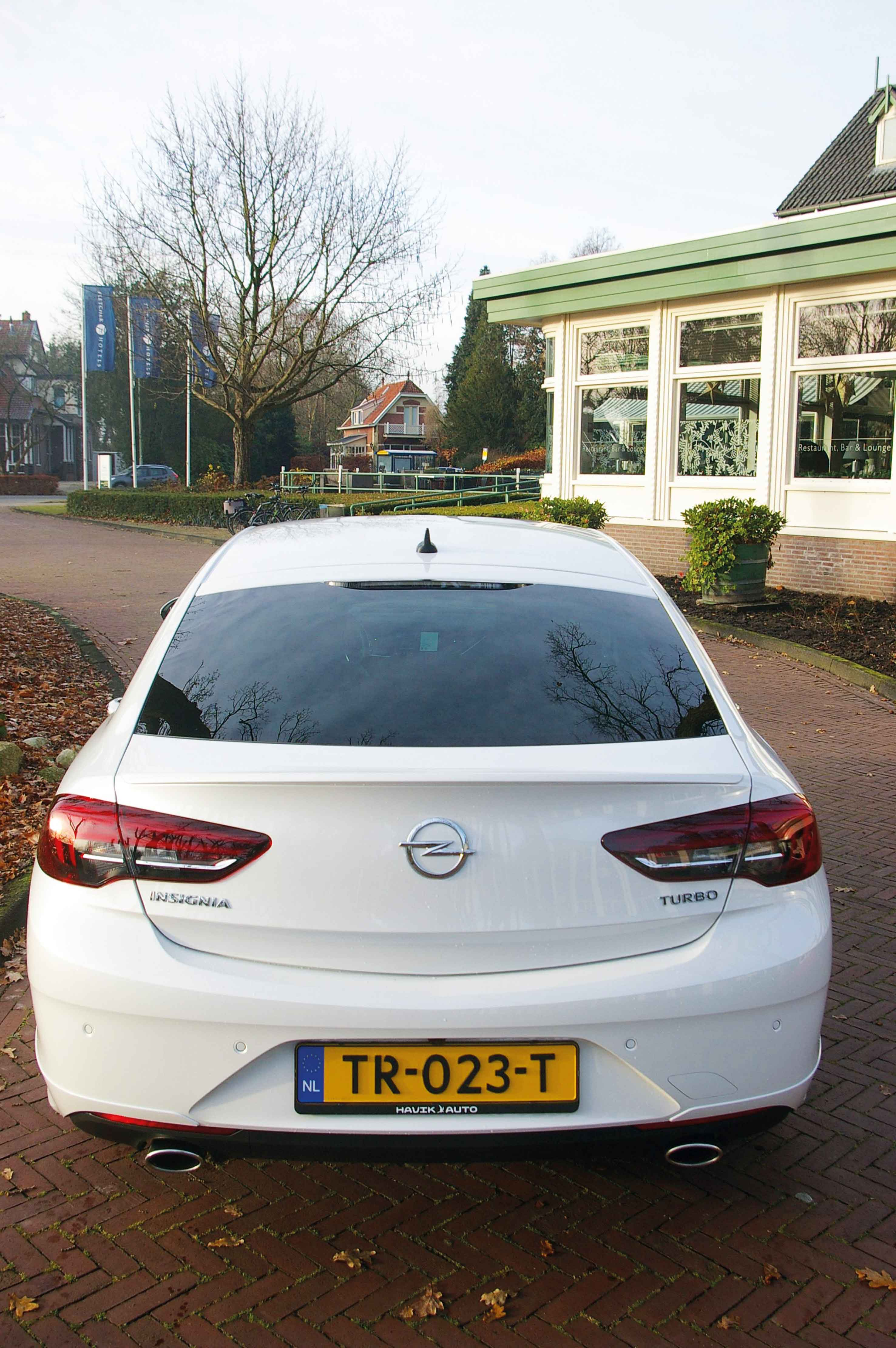 Opel-Insignia-staand-achter