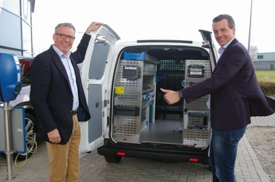 Klanten Maken Proefrit Met 100 Elektrische Bedrijfswagen Autoplus