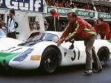 Porsche feliciteert jarige veteranen Hans Mezger en Norbert Singer