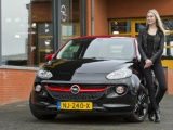 Opel overhandigt ADAM aan winnares Holland's Next Top Model 2016
