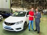 Andrés Iniesta neemt eerste Nissan Pulsar in ontvangst
