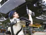 Ford fabriek eerste ter wereld waar werknemers 'Iron Man'- exoskeletten gebruiken
