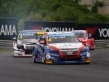 Sterke revanche coureur Tom Coronel tijdens WTCC-races Hongarije