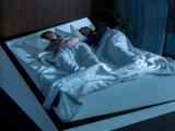 Slim bed rolt draaiende slaper terug naar eigen kant