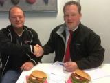 Century Autogroep gaat eigen hamburgers verkopen, de Century-burger