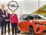 Bondskanselier Angela Merkel bezoekt Opel-stand op IAA